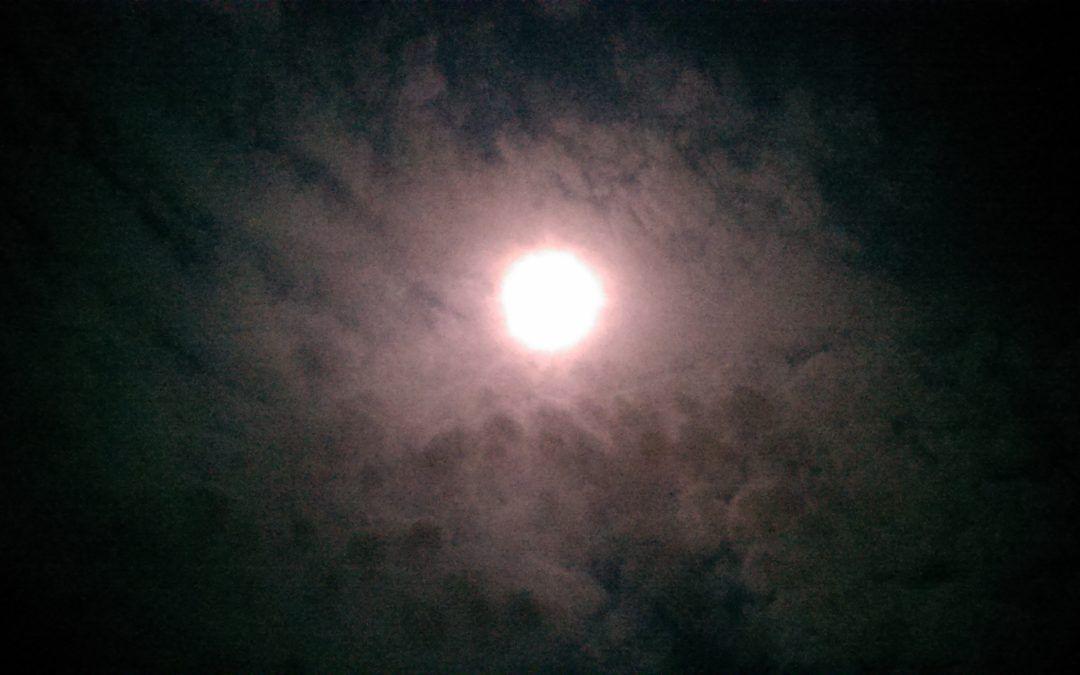 Una Luna como una Fortaleza de Dioses